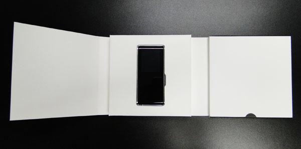 No centro da caixa o belíssimo MP3 da Samsung