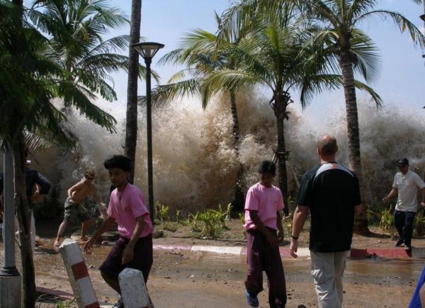 Tsunami atingindo a Tailândia em 2004