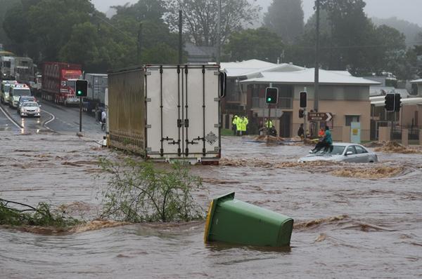Mulher presa durante uma inundação