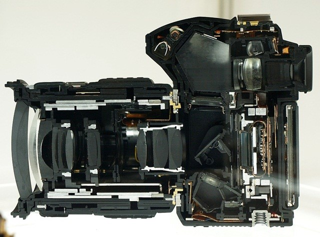 Esse corte mostra os principais componentes, como o espelho e o pentaprisma